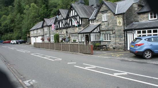 Tyn-y-Groes Hotel: The coaching inn from the road outside