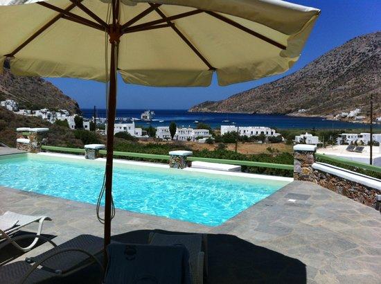 Xerolithia: vue de la baie depuis la piscine de l'hôtel