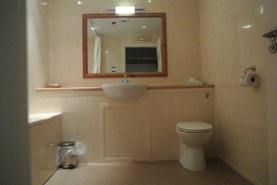 The Whitehouse Inn: A typical bathroom