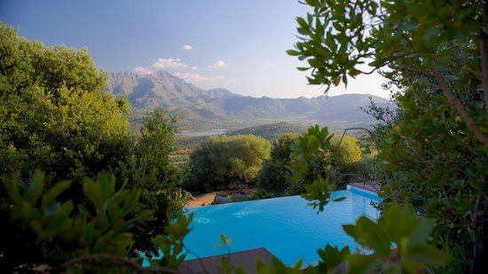 Hotel A Piattatella: Piscine et paysage