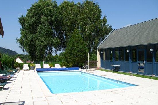 Hostellerie Belle Vue : Pool etwas umstänlich erreichbar. Genügend Platz, Liegen und Sonnenschirme.