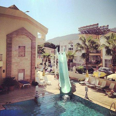 Grand Lukullus Hotel : Бассейн и местность в округе потрясающая