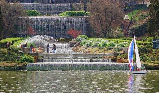 Affittacamere Eur Nuvola: Le fontane e le cascate del laghetto dell'eur