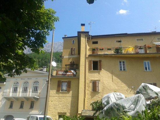 Camere Crapacher Alberto: Vecchi borgo visto dal parcheggio