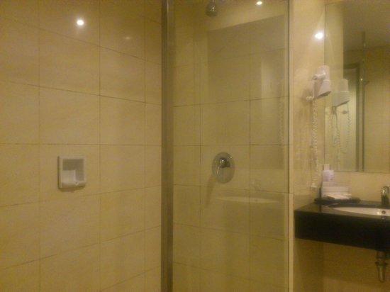 Grand Clarion Hotel & Convention Makassar : Shower