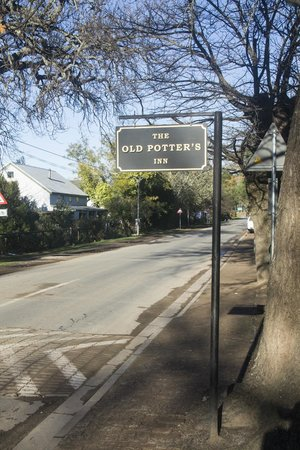 Old Potter's Inn and Brewhouse: Entrance to the inn