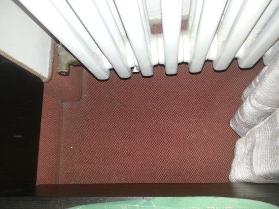 Hotel Am Rathaus: Fußboden hinterm Bett
