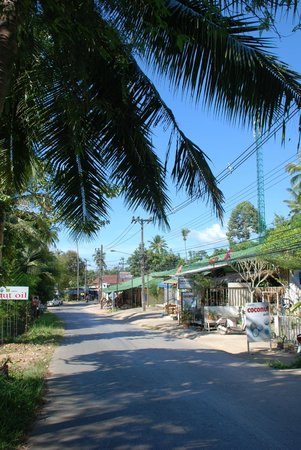 Paradise Bungalows: Street view near the hotel
