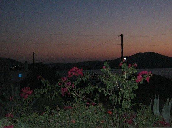 Despina's Rooms & Apartments: η θέα μας κατα το ηλιοβασίλεμα...
