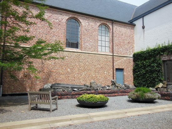 Kortrijk 1302: the courtyard next to the museum