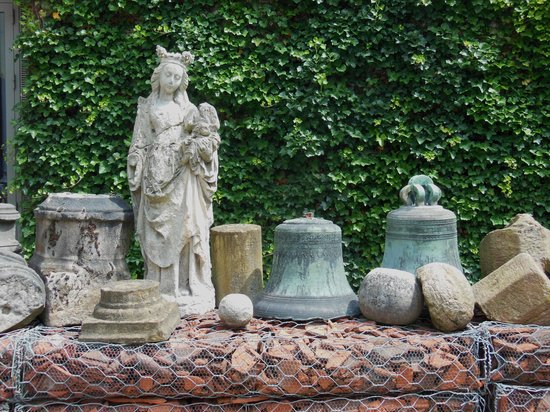 Kortrijk 1302: Old statues, bells and stones in the courtyard