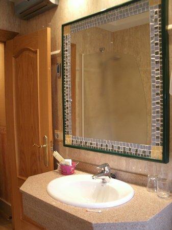 Hotel Las Ruedas: Espejo baño