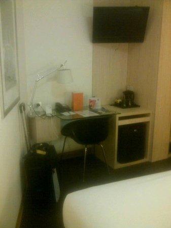 Ibis Sydney King Street Wharf: Desk with Coffee/Tea Making, Fridge and TV