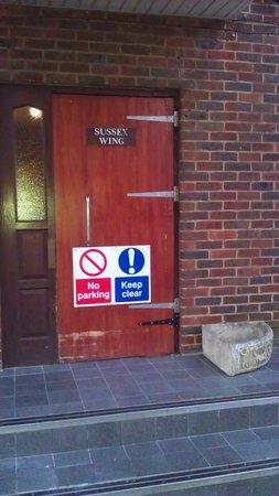 Ramada Crawley Gatwick : Glamorous entrance to the Sussex Wing