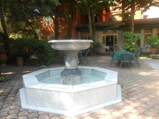 Albergo Battelli: Parco interno villa