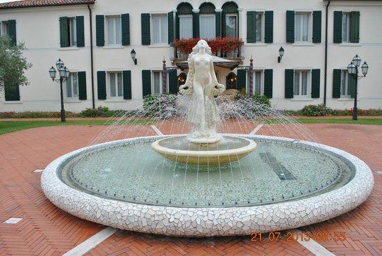 Park Hotel Villa Fiorita: fontana nel parco