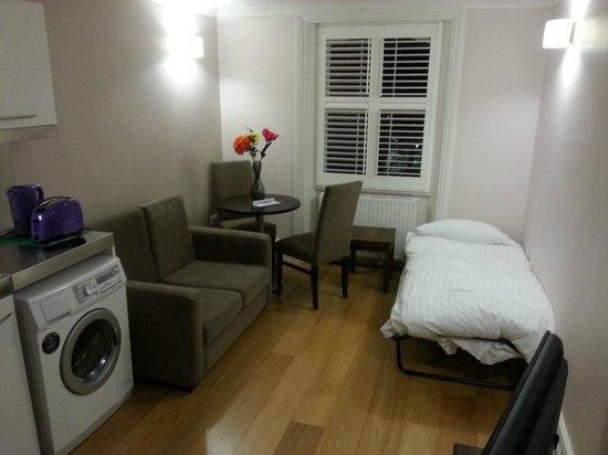 Apartments Inn: Comedor con la cama supletoria puesta