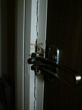 Holiday Inn Express Durban - Umhlanga : broken door frame