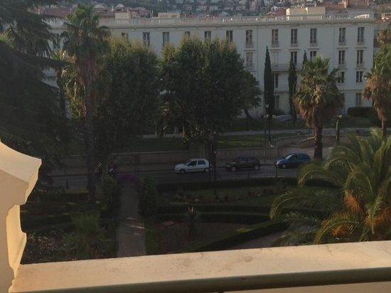 Hotel des Palmiers: Vue de la chambre 302. Sympa mais très bruyant