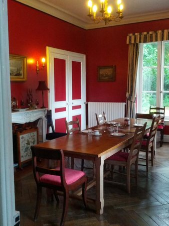 Chateau de Beaulieu: The room where we breakfasted (we had dinners outside since the weather was lovely).