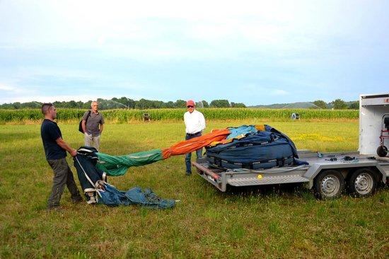 Au gré des vents : La préparation de la, montgolfière commence, il faut mettre au sol la montgolfière et l'étendre