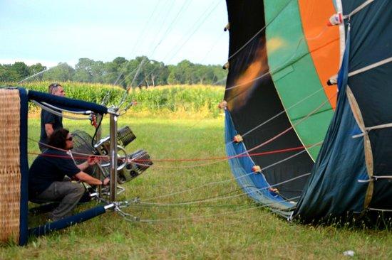 Au gré des vents : puis il faut gonfler la montgolfière et en denier pour que le ballon s'élève de l'ai chaud est e