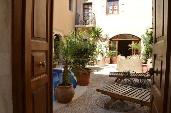 Palazzino di Corina: The courtyard seen from the entrance