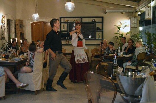 Palazzino di Corina: Greek dancing in the Corina restaurant