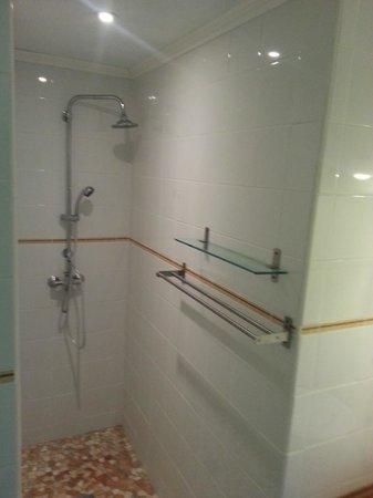 Hotel-restaurant Le Prieure: salle de bain avec wc et douche à l'italienne