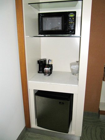 SpringHill Suites Pittsburgh Bakery Square: Microwave, coffee maker, and refrigerator