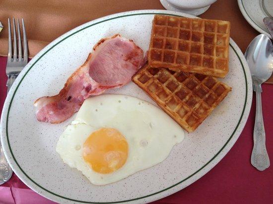 Sea Beach House Hotel: 優格水果咖啡以及現點現做的早餐