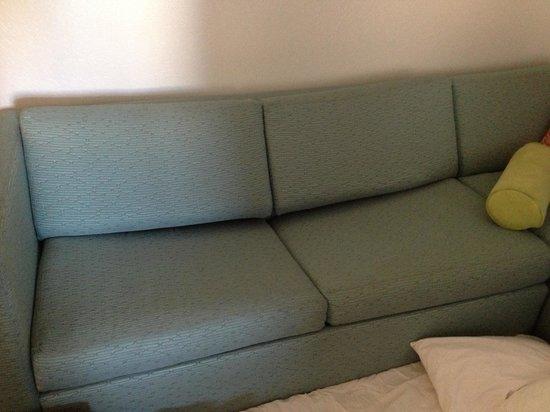 SpringHill Suites Cincinnati Airport South : Sagging sleeper sofa