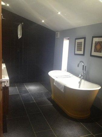 Homewood Park Hotel & Spa: garden suite bathroom - huge shower and bath!!!