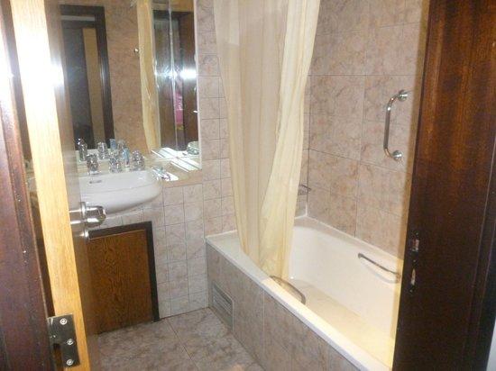 Hotel Paraiso de Albufeira: 1 of 2 bathrooms in the apartment