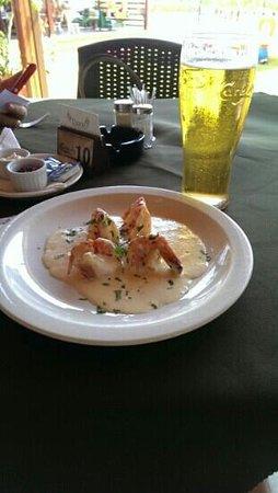 Dione Restaurant: просто креветки в чесночном соусе и пиво Карлсберг местного разлива - вкусно