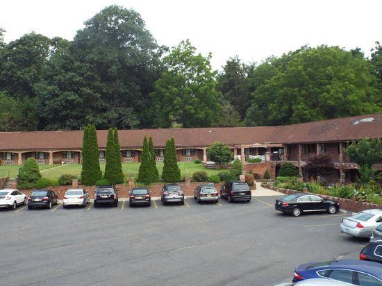 Chalet Inn & Suites: The hotel