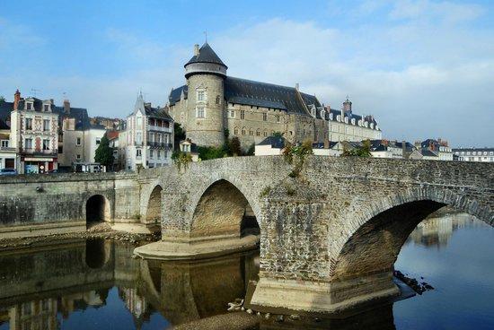 Chateau de Laval (Laval's Castle) : Laval : le vieux pont et le château