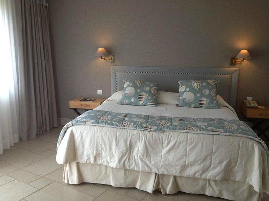 Les Manoirs de Tourgeville: lit de la chambre
