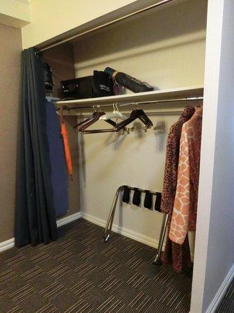 Kimpton Hotel Madera: closet