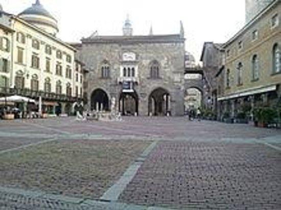 La Città Alta: Piazza Vecchia e Palazzo della Ragione in Città Alta a Bergamo