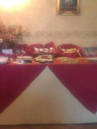 Hotel Antica Locanda della Francigena: tavolo colazione
