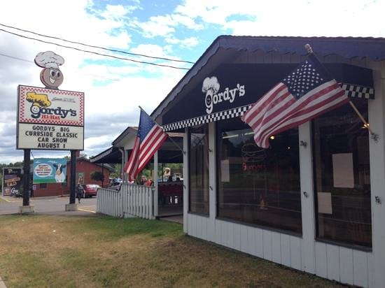 Gordy's HI Hat Drive-Inn: View from the road