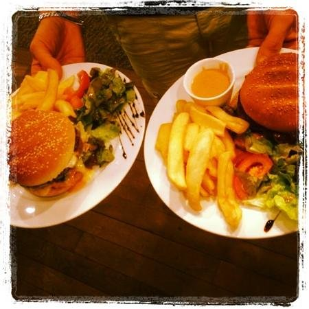 "Chez Julien : Hamburger ""Juju "" - ""Glaude""."