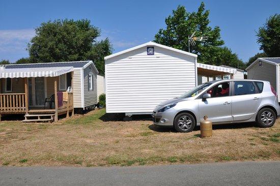 Camping Domaine de l'Orée : a peine un metre entre les mobil home