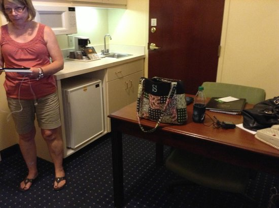 SpringHill Suites Atlanta Alpharetta: kitchen and desk
