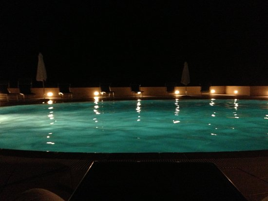 Valkarana - Relais di Campagna: Piscina by night
