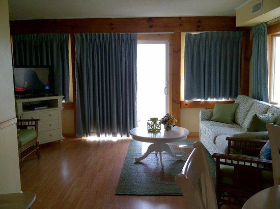 Adams Ocean Front Resort Motel and Villas : Living Room from the Kitchen
