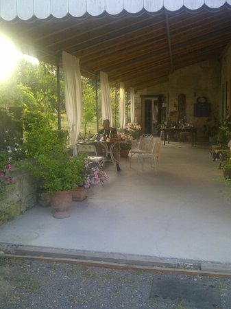 Domaine Mongiron: apero du soir sur la belle terrasse