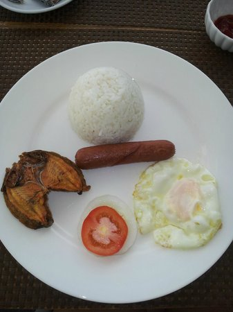Casa Almarenzo Bed & Breakfast: Delicious breakfast - 2 freshly cooked pieces of danggit with egg, sausage and rice.