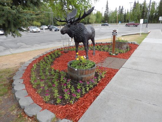 Fairbanks Princess Riverside Lodge: Front of Hotel Moose
